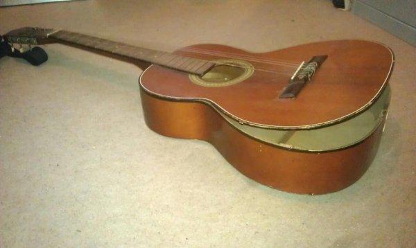 La j'ai perdu une guitare :3,elle est tomber de deux mètres.