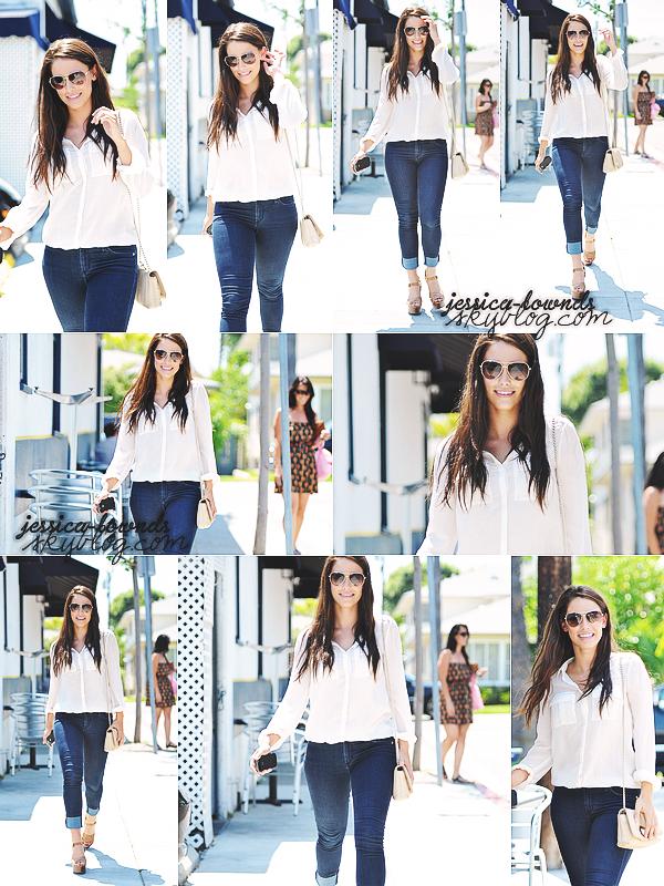 _ 28/06/2011 : Jessica est sorti avec une de ses amies au café «La Conversation» à West Hollywood._