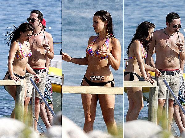 _ 26/06/2012 : Jessica Lowndes a été aperçue prenant du bon temps sur une plage en Espagne. _