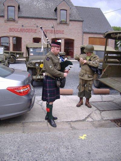 Un ecossais en train de jouer de la cornemuse