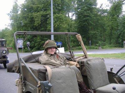 Voici ma soeur dans une jeep