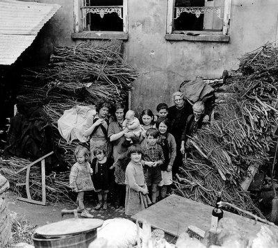 Le 24 juillet 1944, les civils sortent des abris de ST Lô