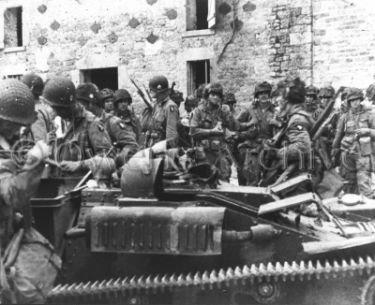 Un groupe de parachutistes de la 101e. Aéroporté entrent à st. Marcouf, Plage d'Utah, en France. ils se déplaceront sur  le continent en accomplissant leurs objectifs assignés le 6 juin 1944.