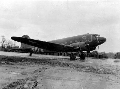 Douglas C-47 Skytrain du 99th Troop Carrier Squadron faisant partie du 441st Troop Carrier Group.