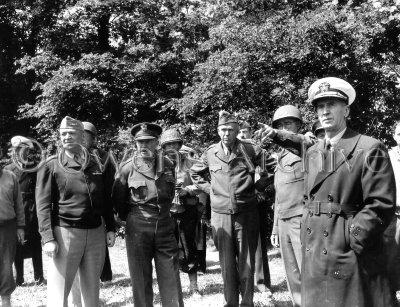 Général Eisenhower avec le général Marshall, général Arnold, général Bradley  regarde des bunkers allemands et une artillerie utilisée pendant les paliers de D-DAY, Normandie, le 12 juin 1944.