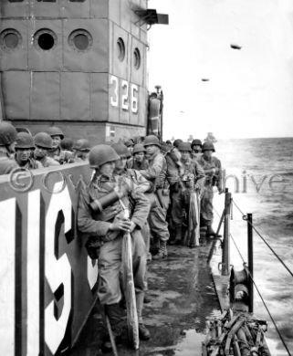 Le Garde-côte LCI avec les troupes près de la Plage d'Utah