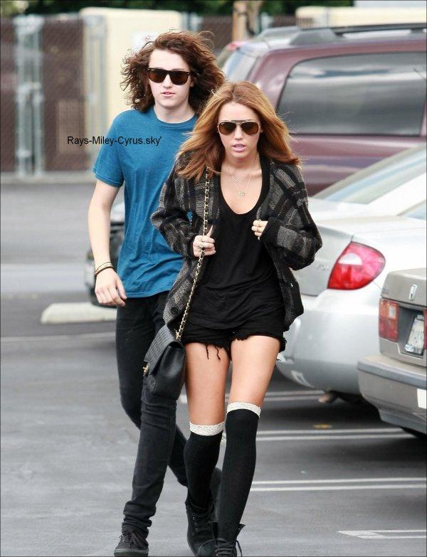 .                                                                                                                                                                                                              ◊ 09/09 :  Miley se rendant chez Panera Bread à Studio City avec son frère Braison . J'adore ! Vous ? :)                                                                          .