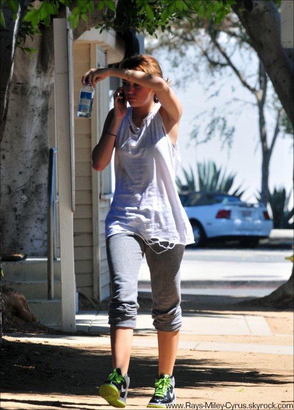 .                                                                                                                                                                                                              ◊ 13/09 :  Miley sortant de la gym après son rendez-vous avec Liam et MILIAM est de Retour ! ALors content ? :)                                                                         .