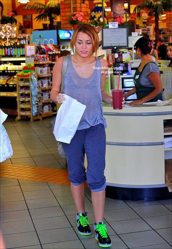 .                                                                                                                                                                                                              ◊ 15/09 :  Miley et Demi sont allées dîner ensemble chez Jerry's Famous Deli à Studio City                                                                           .