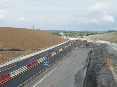 Chantier sur l'autoroute A29  St Quentin Amiens on baisse le niveau de la chaussèe pour le futur canal  Seine Nord