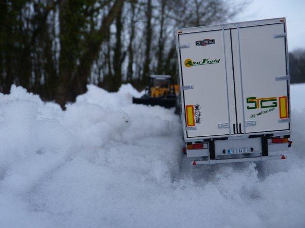 Un camion en mauvaise posture sur les routes du grand Nord