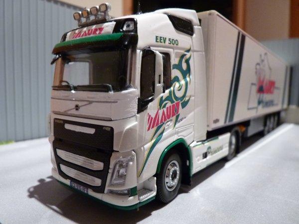 Le dernier Volvo fh EEV 500 de  chez Maury Primeurs présenté sur un petit diorama