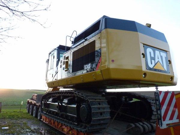 Convoi d'une 374D Caterpillar par les transports spéciaux G BELIN