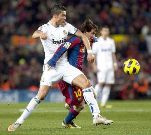 D'un coté Messi de l'autre Ronaldo.