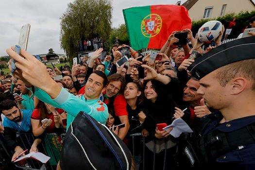 ette coupe d europe me laisse un goût amer entres critiques insultes par des journalistes français et drapeaux brûler par des suporters allemand ... Quand le Portugal gagne c'est injuste  Quand le Portugal perd on est nul  Quand le Portugal fait match nul on mérite pas de passer en 8ème...  Donc je poste cette photo pour tous les rageux !!  On vous emmerde bien comme il faut !!