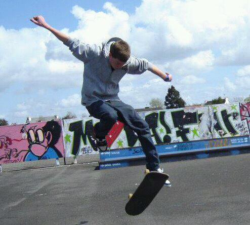 Voila voila une petite photo ou je fais du skate (un varial flip pour les connaisseur) ;p