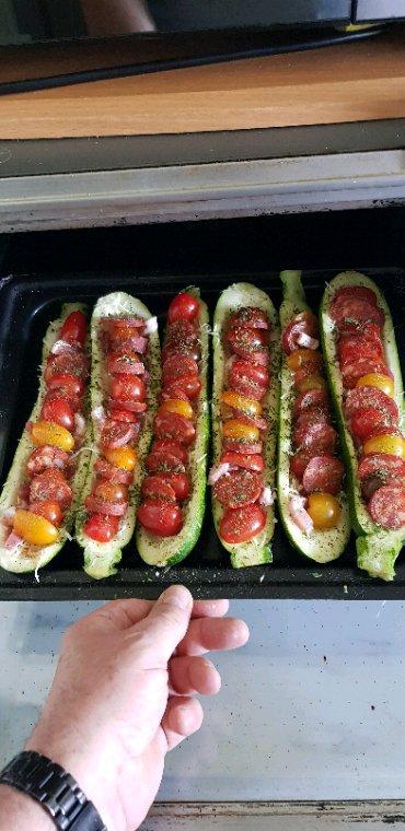Miam miam! Ce soir courgettes farcies gruyère râpé, tomates cerises, chorizo et lardons.