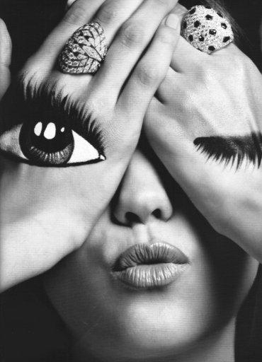 Chaque personne se cache derrière un masque.