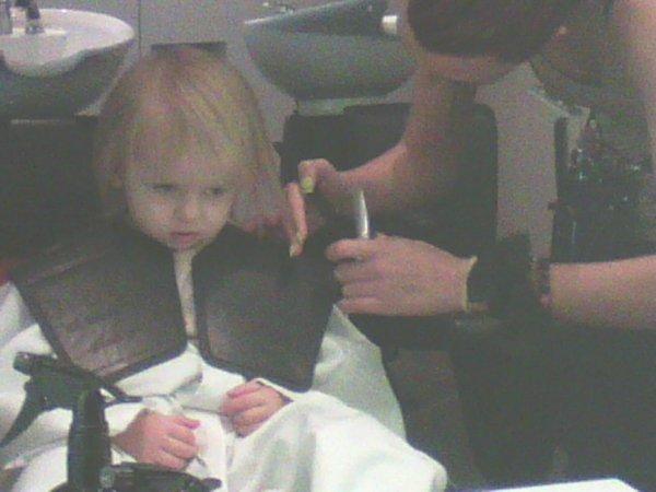 et oui casper coupe ses beaux cheveux  bis