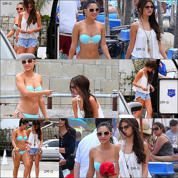 21/06/13 : Selena se promenant à Downtown Mystic avec sa meilleure amie,Taylor S.