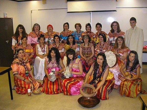 Femmes Kabyles posant en tenue traditionnelle