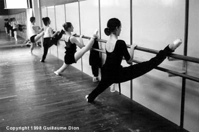 jambe sur la barre la danse classique