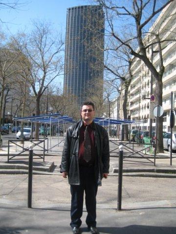 Moi devant la Tour Montparnasse