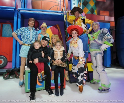 Joel, Nicole et les enfants en backstages de Disney on Ice Toys Story