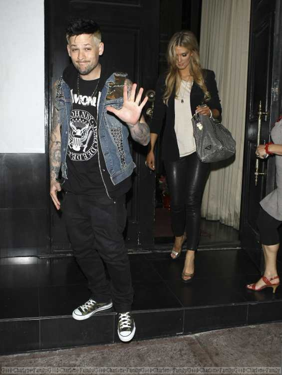 Joel Madden & Delta Goodrem sortant du restaurant The Beso