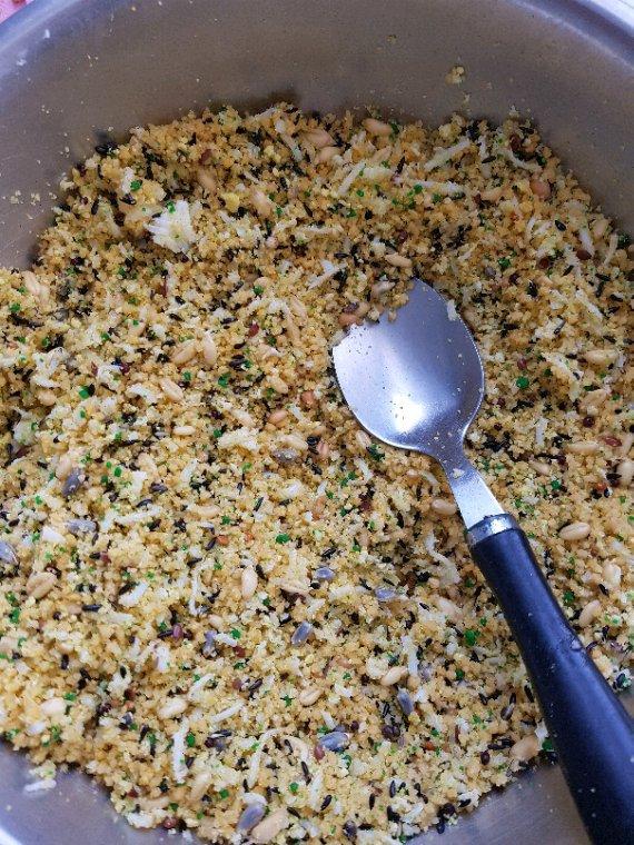 Super pâté très nutritif  (couscous .Jus de carotte. Graines  germées. Oeufs dure et pâté )