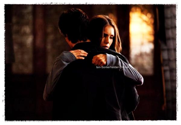 """.   Nouveau Still """"The Descent""""  . Voilà une image exclusive de Vampire Diaries, on peut voir Damon et Elena ... s'enlaçant ! Vivement le 27 ! . Qu'en penses-tu ? ."""