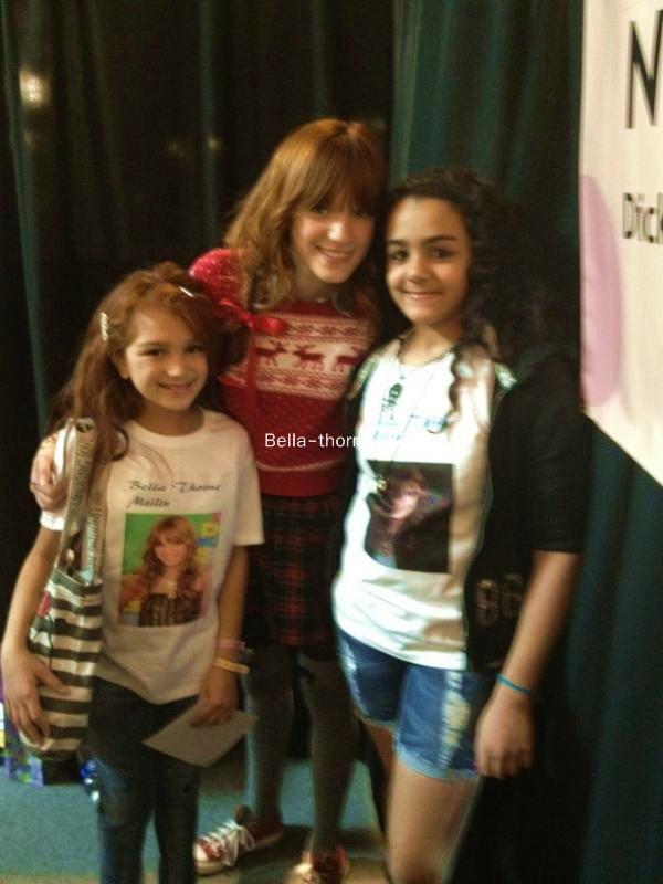 Dimanche 4  décembre                      Voici des photos  de Bella  à une séance de dédicace à la Galerie Sunset au Nevada à Las Vegas.