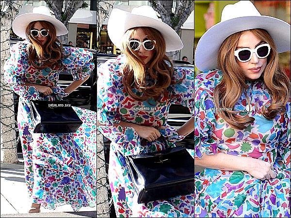 .  21/01/13 : Lady Gaga a été vu dans les rues de Los Angeles, afin de faire du shopping . .