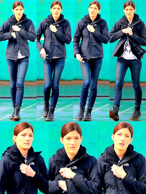 Le 19/03 : Jennifer a été aperçu sur le tournage du pilote de « Sea of Fire », à VancouverEnfin des photos de Jenn'! L'actrice sait se faire désirer et ça n'en rend les photos que plus précieuses. Il s'agit donc ici de clichés pris sur le tournage du pilote de la nouvelle série dont je vous avez parlé il y a quelques semaines et dont Jennifer tient le rôle principal. Hâte de voir le résultat? Moi oui. ;)