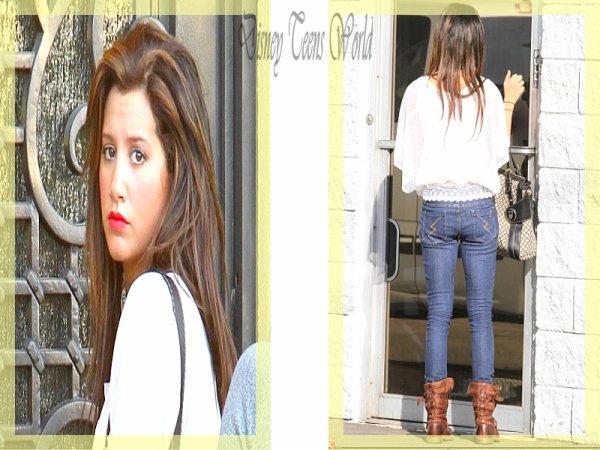 Ashley Tisdale arrivant chez ses parents [10.11.2010].TOP ou FLOP ?N'aurait-elle pas un peu maigris ? Moi j'adhère , donc un tres grand TOP !