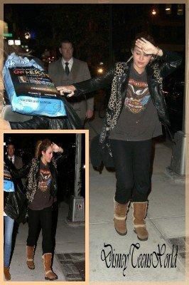 Miley Cyrus sortant de son hotel à Manhattan [12.11.2010].Mily' essayerais-tu de te cacher... Olala ! Mais Miley c'est quoi cette tenue ? Rien n'est accordé...beurk  !