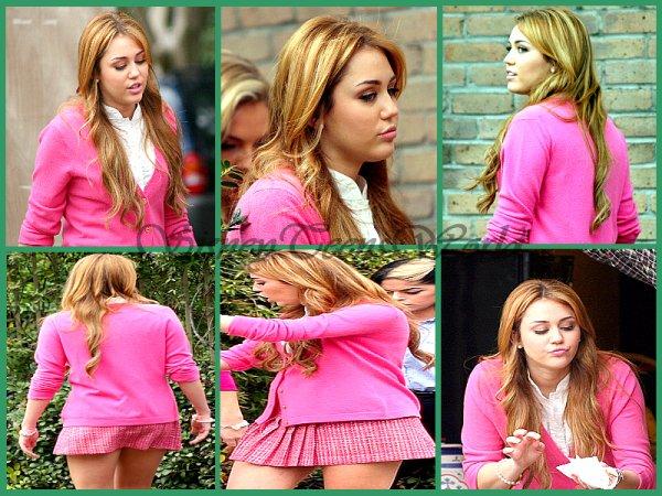 Miley Cyrus sur le tournage de So Under Cover [22.12.2010]. Miley est trés jolie et sa tenue est trés....ROSE on peut le dire !Comment la trouves-tu ? Et sa tenue aimes-tu ?