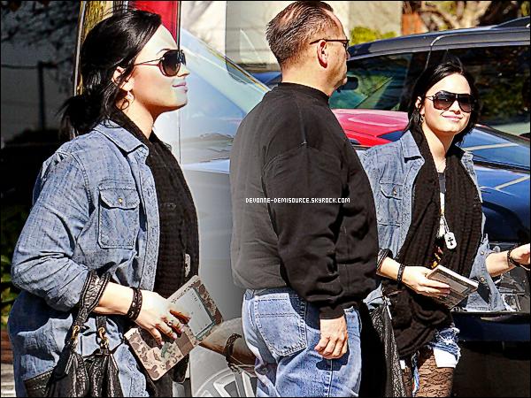 .  31 / 01 / 11 - Demi a été aperçu avec son garde du corps arrivant à son centre à Santa Monica      .