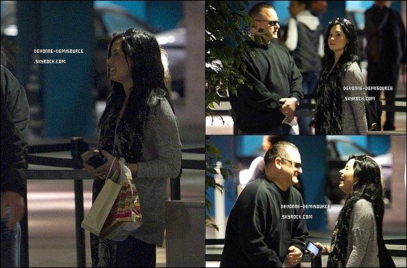 .     30 / 01 / 11 - Demi a été vue faisant du shopping et dînant à Los Angeles       .