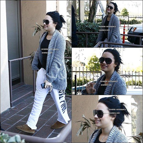 .        02 / 02 / 11 - Demi ses encore rendu au centre médical à Santa Monica, en Californie.              .
