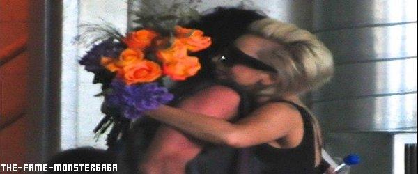 иєω'ѕ gαgα ! ♥ - GaGa Offre Des Fleurs.