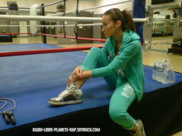 Kenza Farah à un cours de boxe anglaise !