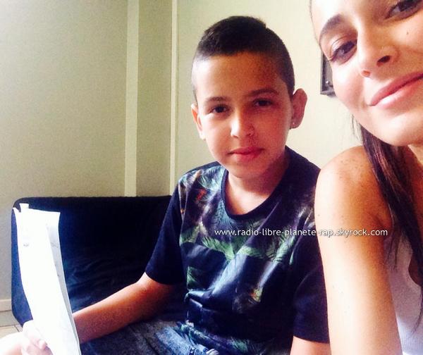 Kenza Farah | Elle fait valider ses textes par son petit frère
