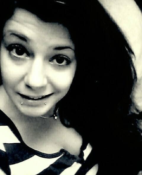 <Je ne suis pas une fleur qui s'épanouit au vent,  mais juste une fille qui rêve au prince charmant.>