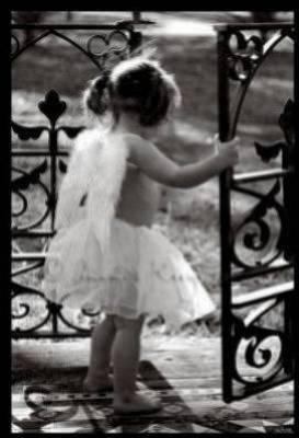 petite fille sur sa balanoire