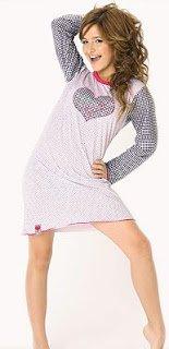 Brenda Asnicar qui pose avec des pyjamas Marcela Koury 2007