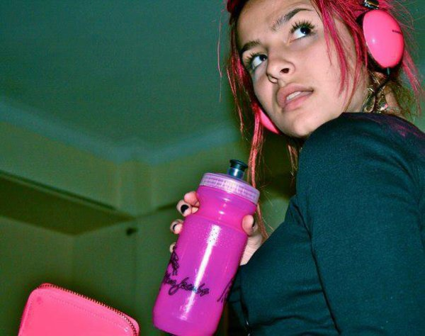 Brenda Asnicar avec les cheveux rose photos personnelles 2009