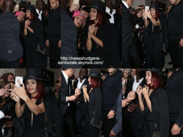 24 octobre 2014 : Vanessa a été vue alors qu'elle prenait des photos avec ses fans à Paris en France