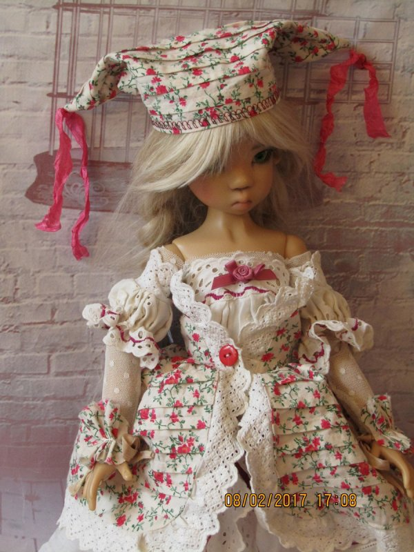 la nouvelle tenue en ancien tissu , dentelle et broderie anglaise pour la poupée de kaye wiggs