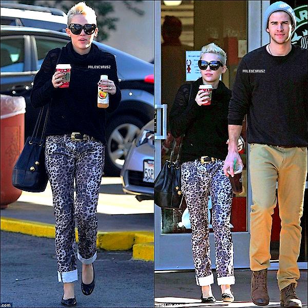 .  21décembre 2012 :  Miley profitant du soleil appérçue avec Liam sortant d'un starbucks dans  Los Angeles ..